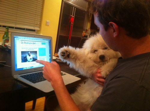 Beast e seu pai, Mark Zuckerberg vendo notícias importantes,