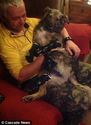 Glory em casa com seu novo dono Roger. Foto: Reprodução / DailyMail