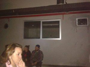 """""""Estou aqui ao lado dessa janela onde lá dentro estão os beagles, em gaiolas, chorando demais.PRECISAMOS DE ADVOGADOS AQUI! A situação está feia. Ajuda!!!"""" Foto/Legenda: Reprodução Facebook - Natália Rodrigues Lopes"""