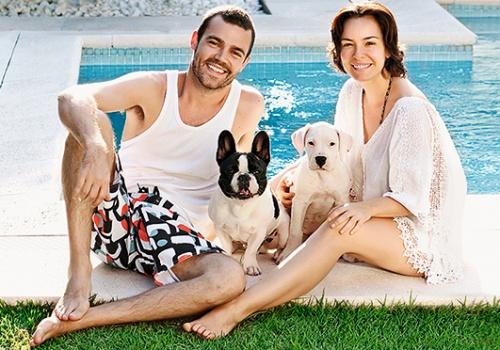 Regiane Alves, João Gomez e os cães Tarantino e Lola. Foto: Pino Gomes