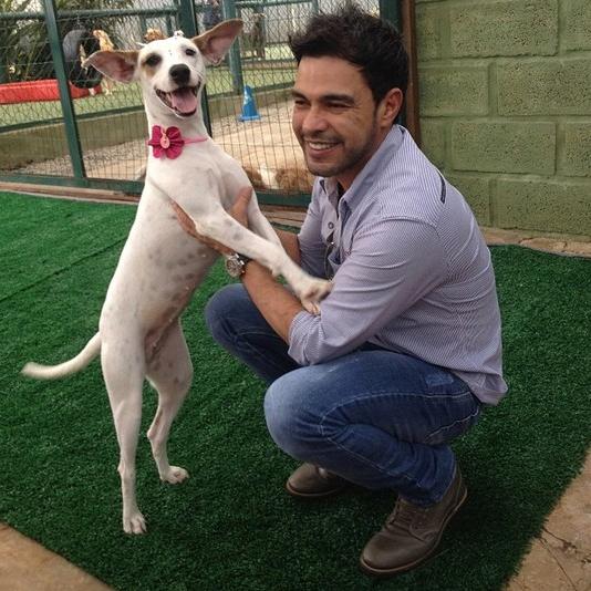 Zezé Di Camargo e a cachorrinha adotada. Foto: Reprodução / Instagram