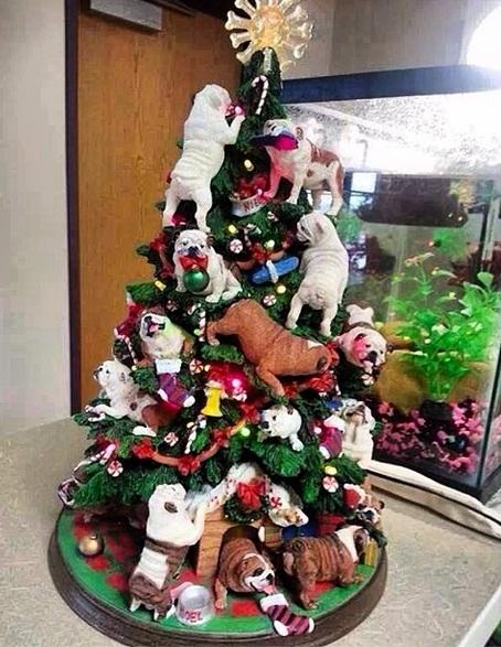 César Menotti decorou sua árvore de Natal com buldogues. (Foto: Reprodução / Instagram)