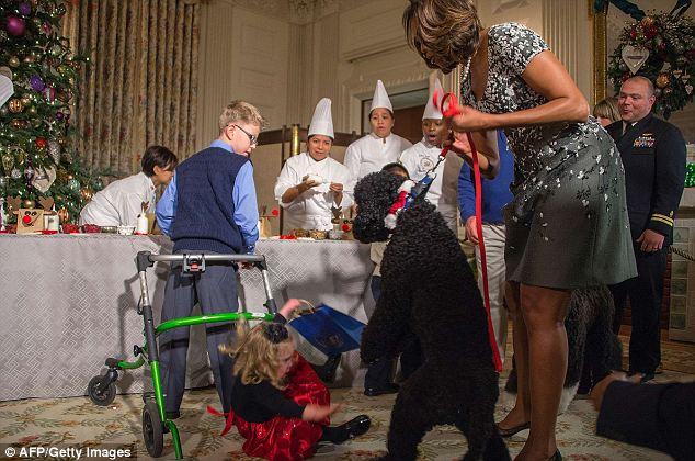 A primeira dama, Michelle Obama, tentou segurar a cachorra. (Foto: Reprodução / Daily Mail)