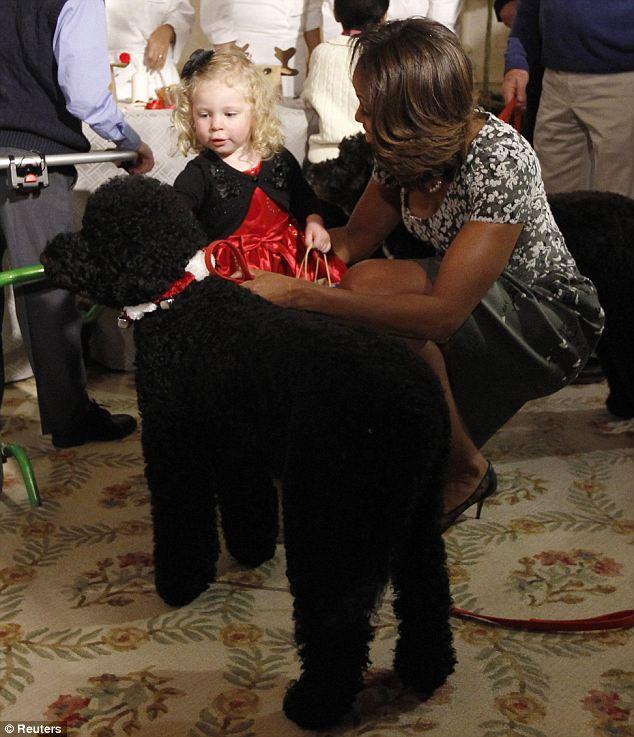 Michelle Obama mostrando para Ashytn que a cachorra Sunny é inofensiva. (Foto: Reprodução / Daily Mail)