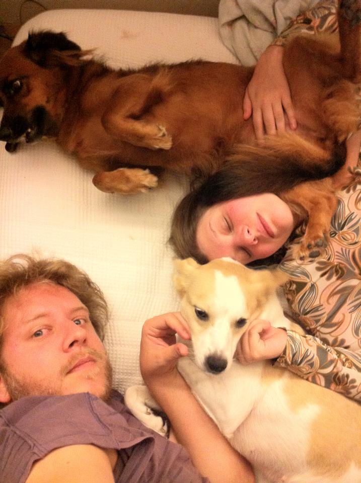 Mocinha com Daniel Guth e Julia Bobrow. (Foto: Reprodução / Facebook)