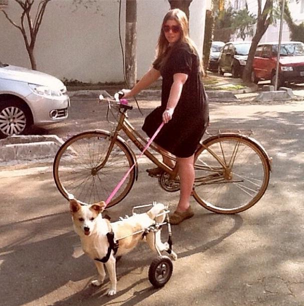 Mocinha passeando com Julia Bobrow.  (Foto: Reprodução / Facebook)
