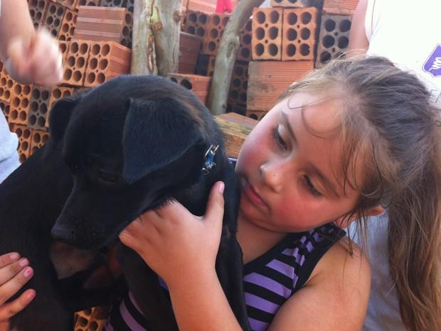 Ana Karolina com seu herói canino, Uísque. (Foto: Reprodução / G1)