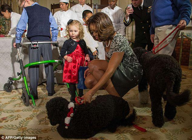 Michelle Obama, a garota Ashtyn e os cachorros Sunny e Bo. (Foto: Reprodução / Daily Mail)