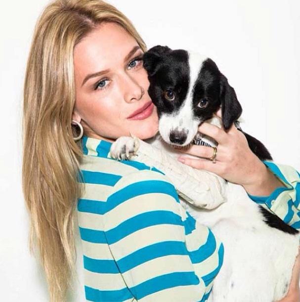 Fiorella Mattheis com a cachorra Nala do projeto Pró-Patinhas. (Foto: Reprodução / Instagram)