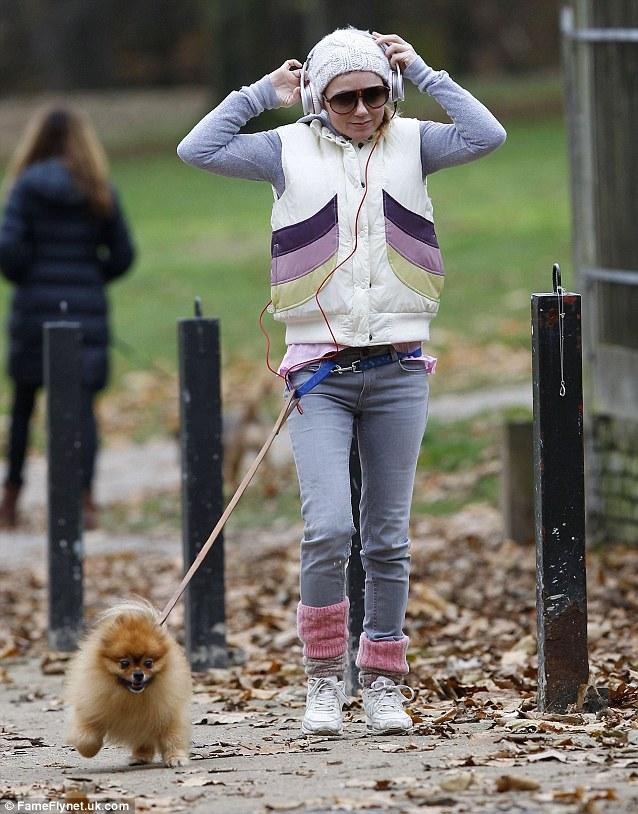 Geri Halliwell passeando com seu cachorro. (Foto: Reprodução / Daily Mail UK)