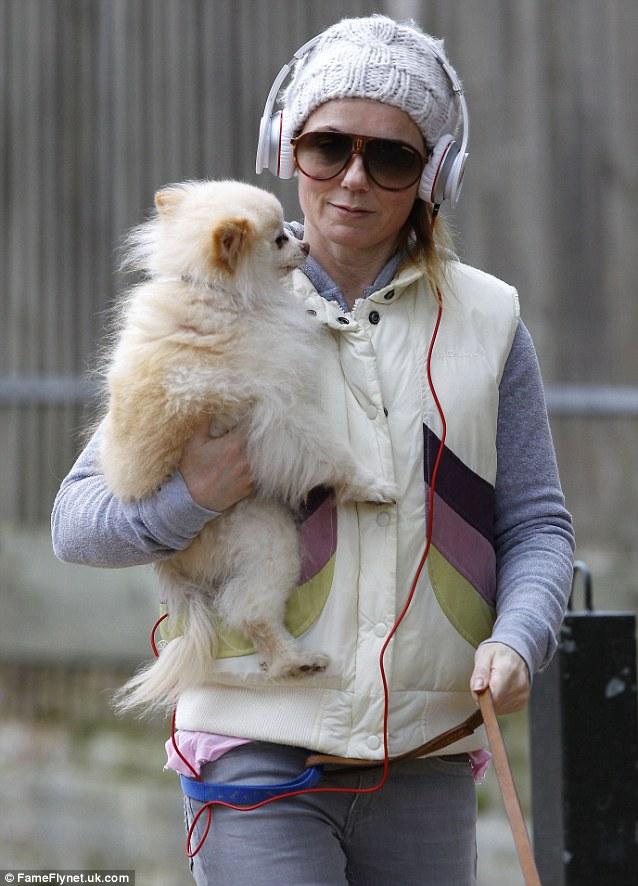 O cão recebe o carinho de Geri Halliwell. (Foto: Reprodução / Daily Mail UK)