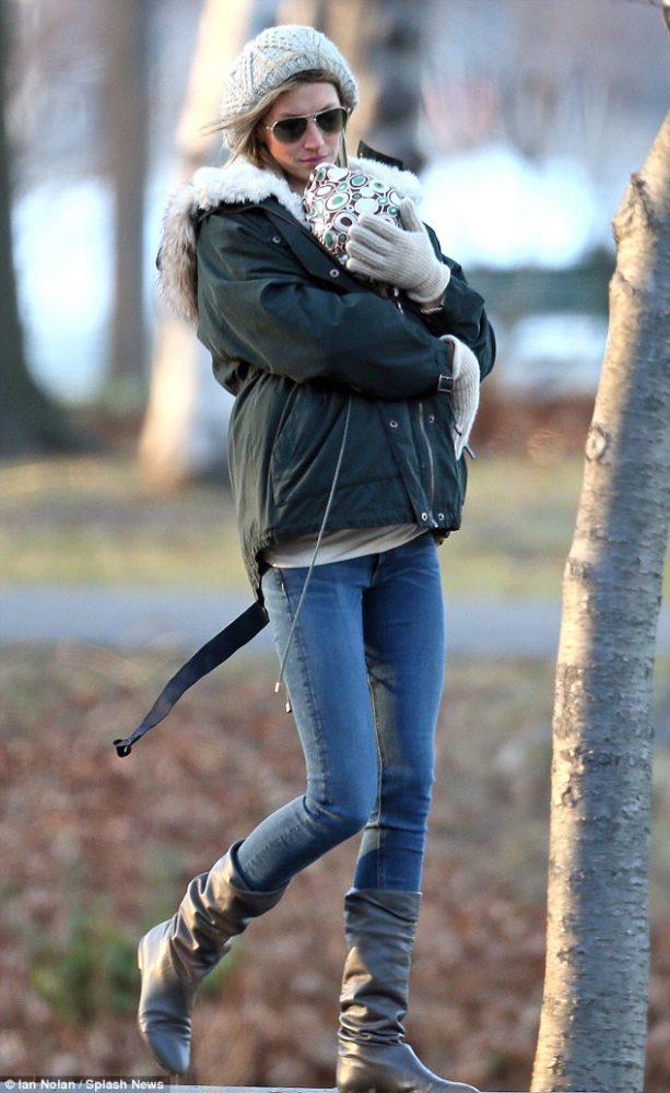 Gisele Bünchen com a caçula Vivian  (Foto: Reprodução / Daily Mail)