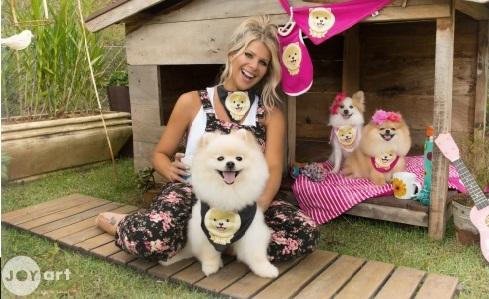 Karina Bacchi e seus cachorros estrelando campanha da coleção Joy Art. (Foto: Reprodução Dolce & Cane)