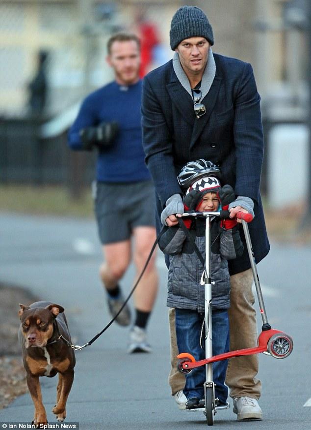 A cachorra Lua participou do passeio em família.  (Foto: Reprodução / Daily Mail)