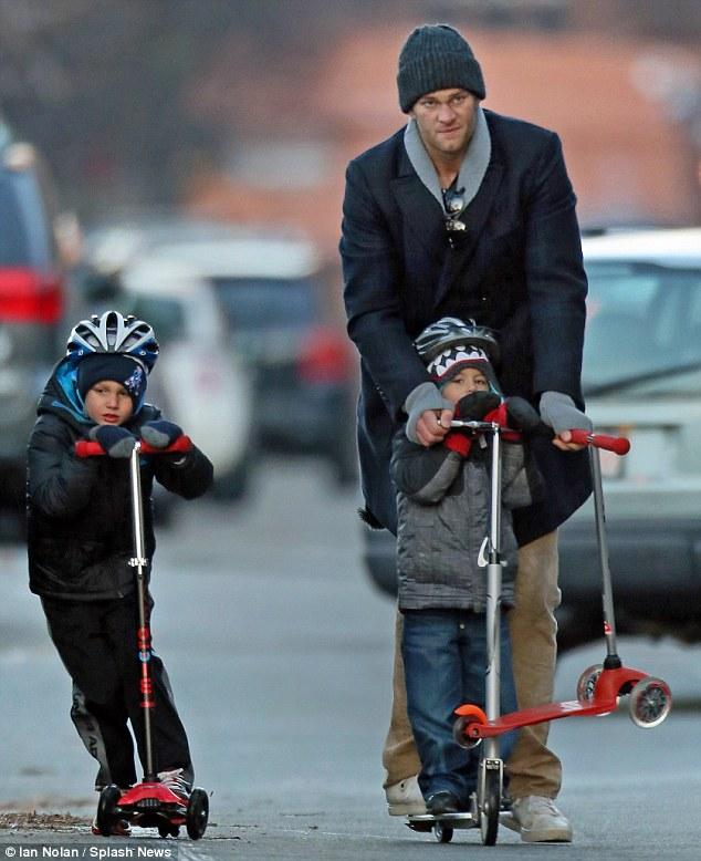 Tom Brady com os filhos, John e Benjamin (Foto: Reprodução / Daily Mail)