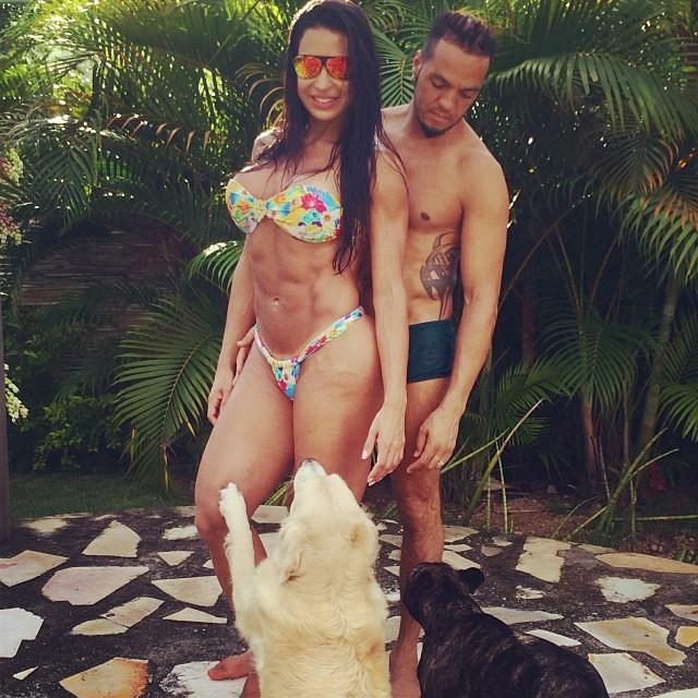 Belo e Gracyanne Barbosa com seus cães Bela e Bruce. (Foto: Reprodução / Instagram)