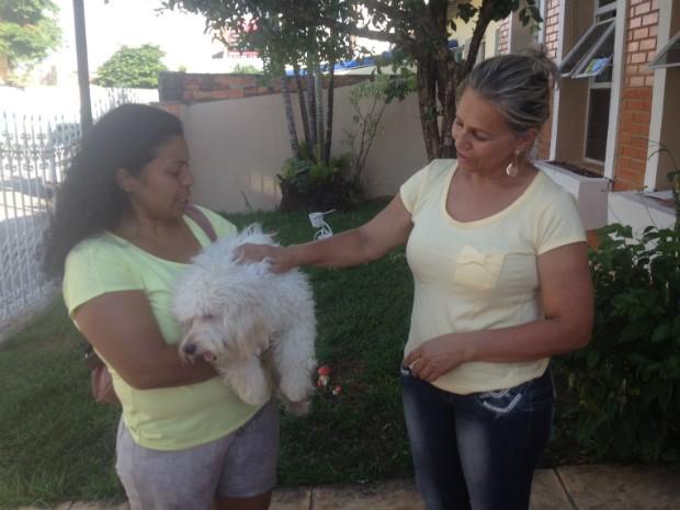 Kátia com o Bobby no colo e Maria José se despedindo do cãozinho. (Foto: Reprodução / Jéssica Pimentel / G1)
