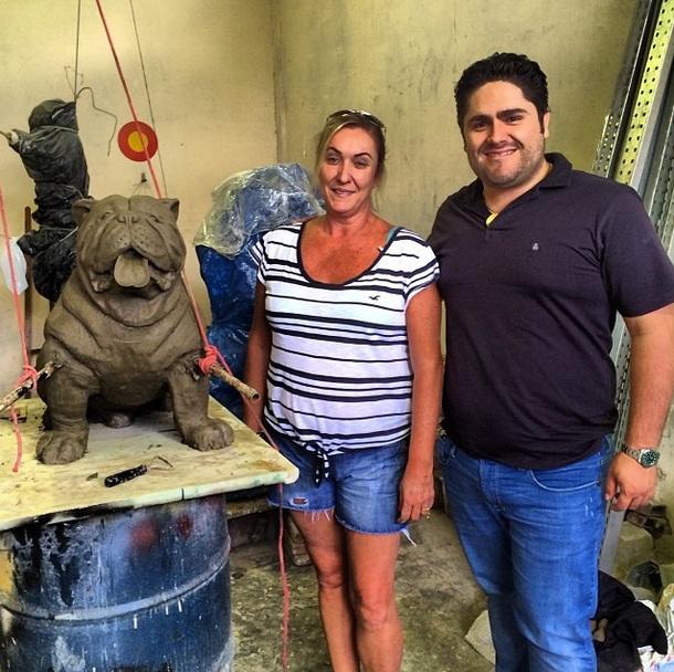 César Menotti e Vânia Braga ao lado da escultura do Elvis. (Foto: Reprodução / Instagram)