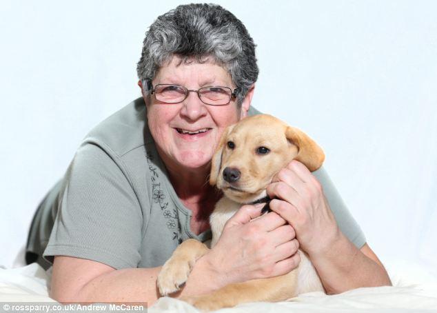 Korky com sua tutora Linda Myatt. (Foto: Reprodução / Daily Mail UK)