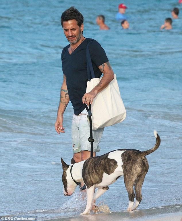 Marc Jacobs com seu cachorro Neville. (Foto: Reprodução / Daily Mail UK)