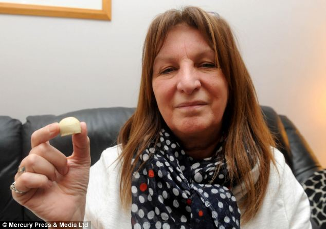 Lesley Hailwood com o chocolate que fez ela engasgar. (Foto: Reprodução / Daily Mail)