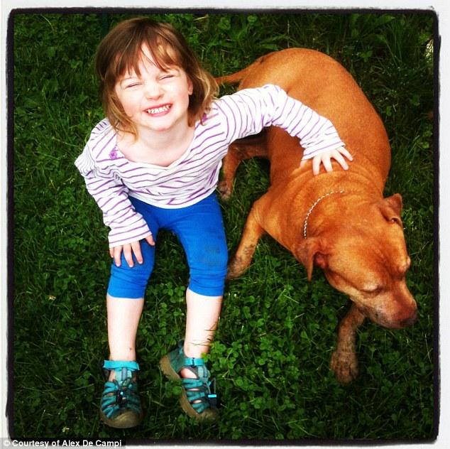 Lorelai, a filha de Alex, com a cachorra. (Foto: Reprodução / Daily Mail)