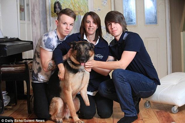 O cachorro Shadow com Sara e seus filhos, Kyle e Brandon. (Foto: Reprodução / Daily Mail)