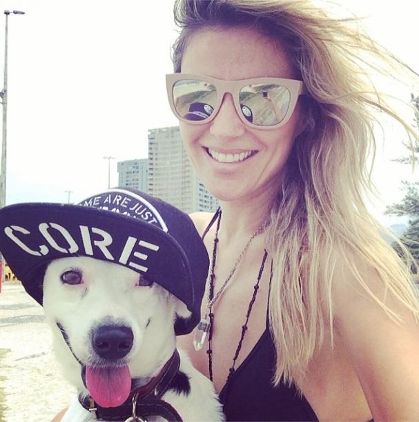 Ellen Jabour e o cachorro Pluft. (Foto: Reprodução / Instagram)