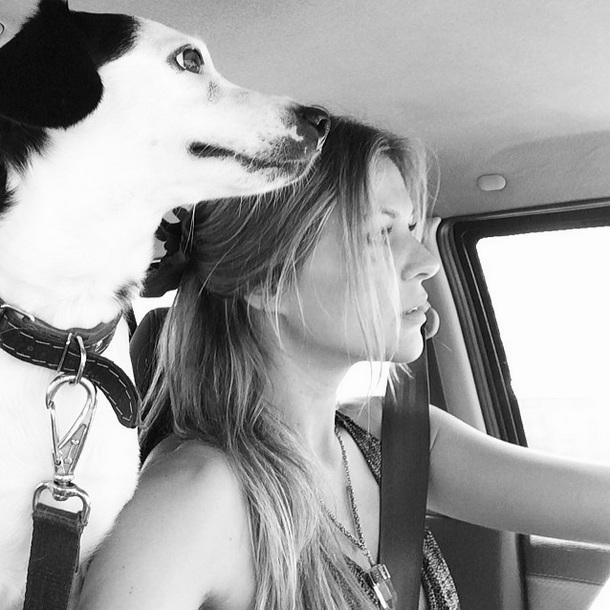 Pluft no carro com Ellen Jabour. (Foto: Reprodução / Instagram)