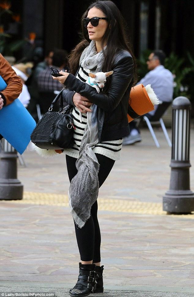 A atriz tentou proteger o cão do frio. (Foto: Reprodução / Daily Mail)