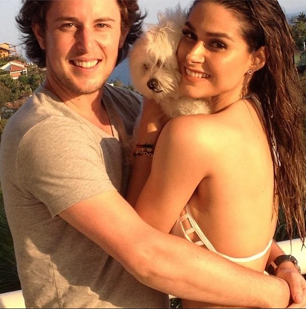 Fernanda Machado com a cachorrinha Cali e seu namorado. (Foto: Reprodução / Instagram)