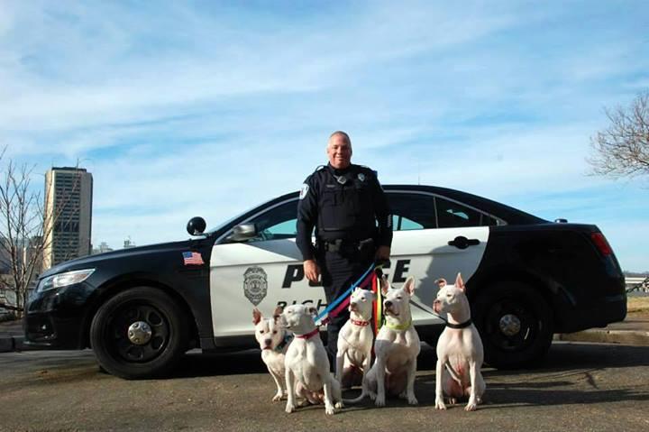 O policial com seus cinco cães surdos. (Foto: Reprodução / Facebook)