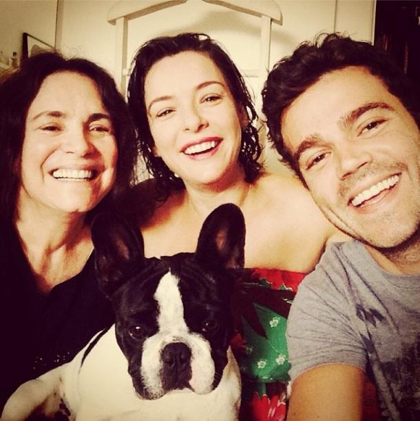 Regina Duarte, Regiane Alves, João Gomez e o cão Tarantino. (Foto: Reprodução / Instagram)