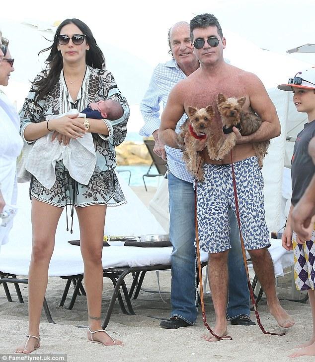 Simon Cowell com a família e os cães Squiddly e Diddly. (Foto: Reprodução / Daily Mail(