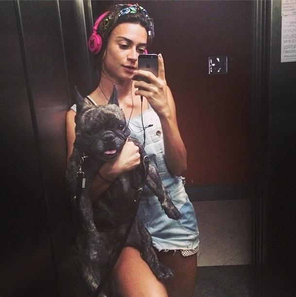 Thaila Ayala e o cachorro Zacarias no elevador. (Foto: Reprodução / Instagram)