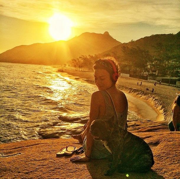 A atriz e seu buldogue francês apreciando a bela paisagem. (Foto: Reprodução / Instagram)