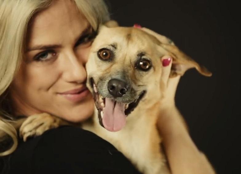 Giovanna Ewbank cheia de carinho pra oferecer ao cãozinho. (Foto: Reprodução / Youtube / Ampara Animal)