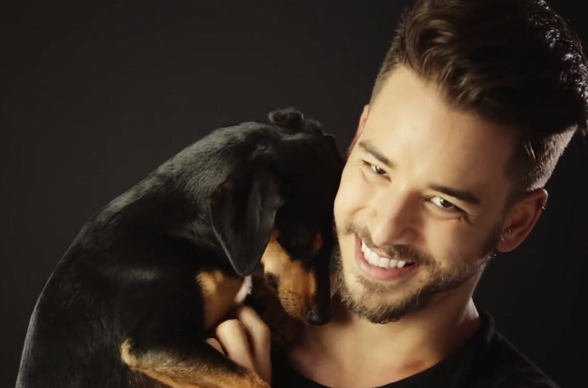 Júnior Lima com cachorro. (Foto: Reprodução / Youtube / Ampara Animal)