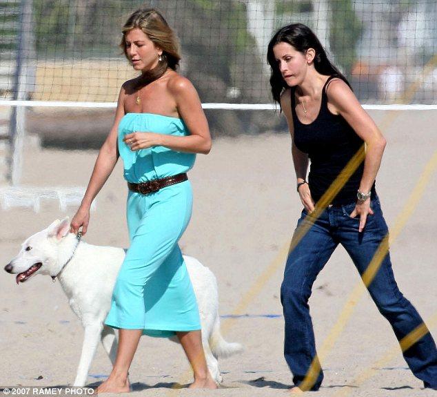 Jennifer Aniston com sua cachorra Dolly e com a atriz Courteney Cox, em 2007. (Foto: Reprodução / Daily Mail)