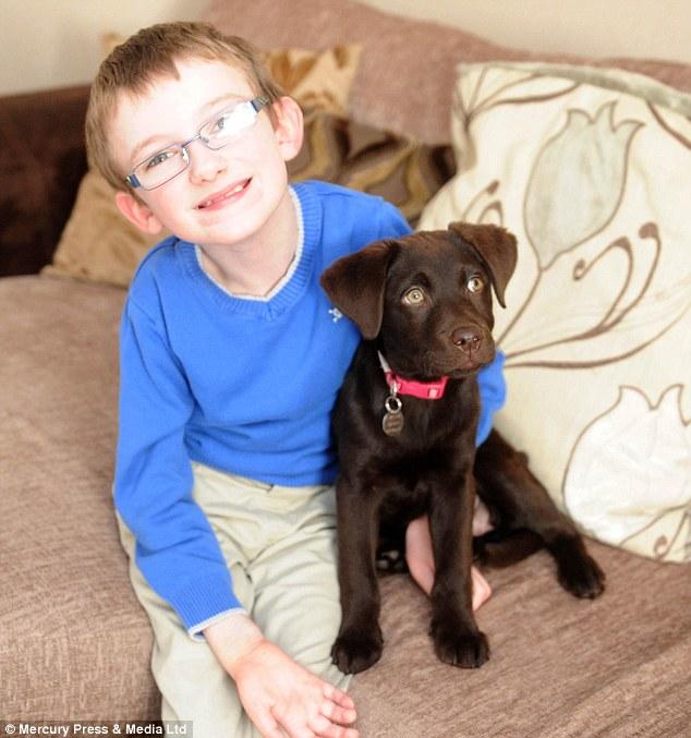 Ben e a cachorra Rosie são amigos inseparáveis. (Foto: Reprodução / Daily Mail)