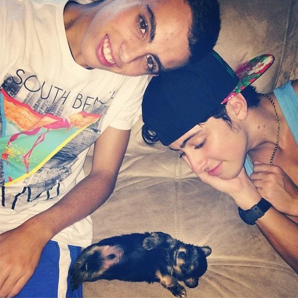 Os filhos de Daniela Escobar, Andre e Eike, com o cachorro. (Foto: Reprodução / Instagram)