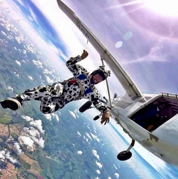 Caio Castro salta de paraquedas fantasiado de dálmata. (Foto: Reprodução / Instagram)