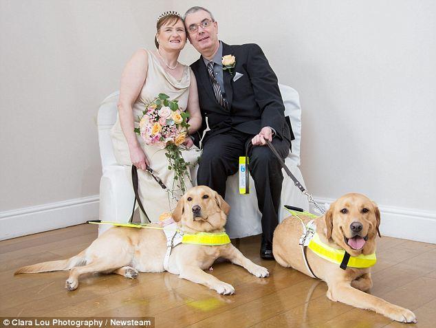 Claire e Mark se conheceram com a ajuda de seus cães-guia, Venice e Rodd. (Foto: Reprodução / Daily Mail)