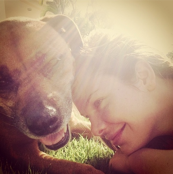 Fernanda Souza e sua cachorra Mel.