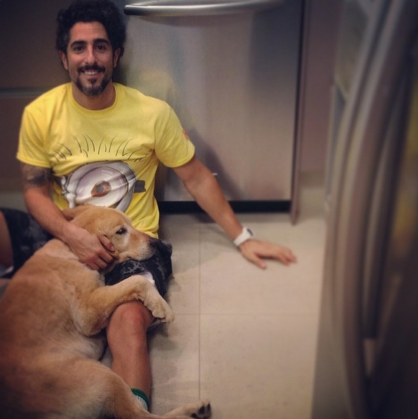 Segundo o apresentador, a cachorra é brincalhona. (Foto: Reprodução / Instagram)