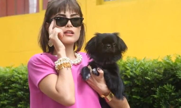Maria Casadevall com cachorro em campanha de marca de acessórios. (Foto: Divulgação / Youtube / Balonè)