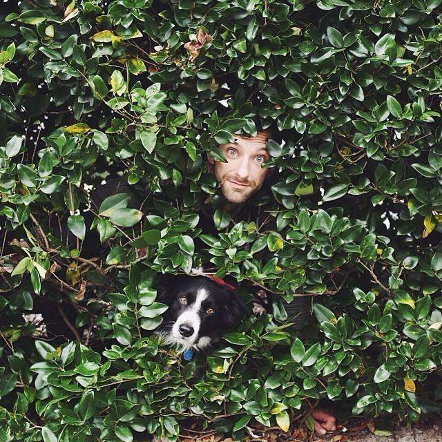 Andrew Knapp e o cachorro Momo. (Foto: Reprodução / Facebook)