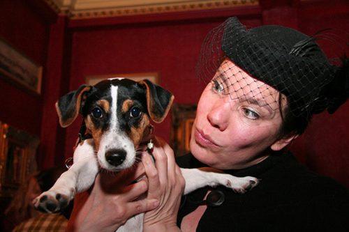 Amanda casou-se com sua cachorra Sheba. Foto: Reprodução / Dogster