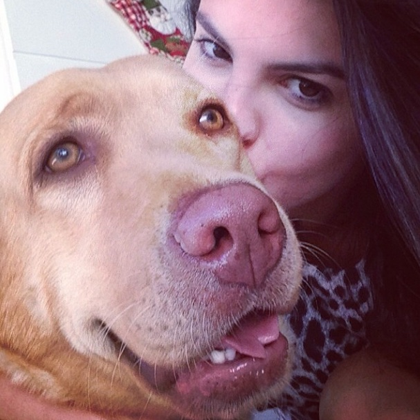 Sthefany Brito com a cachorra Bella. (Foto: Reprodução / Instagram)