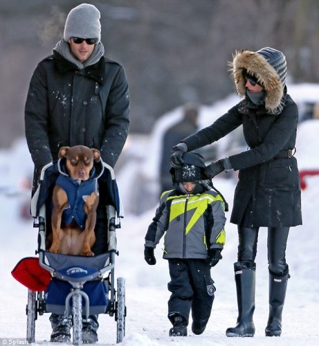 Gisele e Tom Brady passeiam com a cadela Lua e o filho Benjamin. Foto: Reprodução / DailyMail